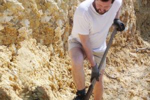 粘土を掘る